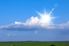 Enorme Wolken über Wald Stockfotografie