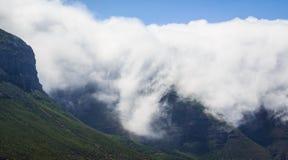 Enorme Wolken auf einem Berg Lizenzfreie Stockfotografie