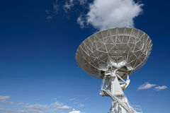 Enormer Antennenteller an der sehr großen Reihe Stockfotografie