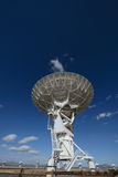Enormer Antennenteller an der sehr großen Reihe Stockfotos