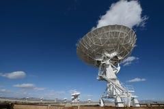 Enormer Antennenteller an der sehr großen Reihe Lizenzfreie Stockbilder