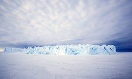 Enormer Eisberg in der Antarktis Lizenzfreie Stockfotos