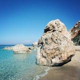Enormer Flussstein auf einem kleinen Strand nahe Adrasan, die Türkei Lizenzfreies Stockfoto