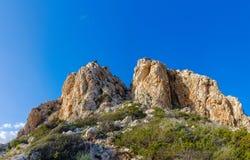 Enormer gelber Felsen auf einem Hügel stockfotografie