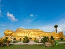 Enormer goldener schlafender Buddha bei Songkhla Thailand Stockfotos