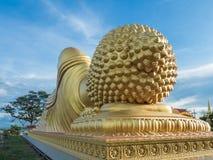 Enormer goldener schlafender Hauptbuddha mit blauem Himmel bei Songkhla Thail Stockbild