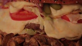 Enormer köstlicher Burger mit Kartoffeln und sprudelndem Getränk stock video footage
