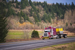 Enormer klassischer des Amerikaners LKW halb mit Übermaßfracht Stockfotos