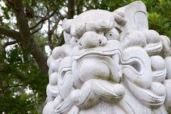 Enormer Komainu-Hundlöwe wie Wächtersteinstatue Izanagi-Schrein auf Awaji-Insel in Japan lizenzfreies stockfoto
