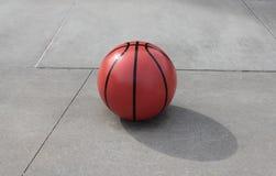 Enormer konkreter Basketball lizenzfreie stockfotografie