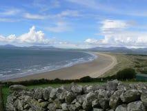Enormer leerer Küstenstrand an einem Tag des Sommers Stockbilder