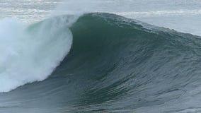 Enormer Meereswoge die Küste von Kalifornien abbrechend stock video