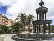Enormer Patio eines Hotels mit einem Brunnen Lizenzfreies Stockfoto