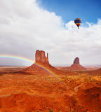 Enormer Regenbogen und Felsen Stockbild