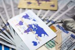 Enormer Satz von US-Geld und -Bankkarte, die sich auf wichtigem Finanzdokument hinlegen lizenzfreie stockfotos