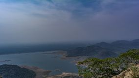 Enormer See ganz herum versenkt durch Hügel in Süd-Indien stockbild