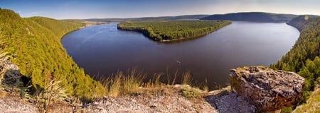 Enormer Seeblick von einer Höhe, mit der Insel Lizenzfreies Stockfoto