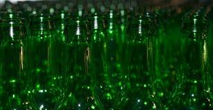 Enormer Stapel leere Glasflaschen Stockbilder