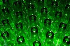 Enormer Stapel leere Glasflaschen Lizenzfreie Stockfotografie