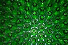 Enormer Stapel leere Glasflaschen auf blauer Tabelle Stockfotos