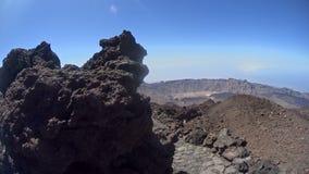 Enormer Stein an der Spitze des Berges stock video footage