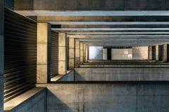 Enormer Stein und konkreter Raum Stockfotografie