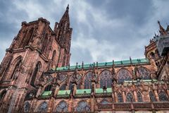 Enormer Turm und elegante Außenarchitektur von Notre-Verdammung von str stockbilder