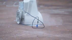 Enormer Vorschlaghammer zertrümmert ein alte Glasmonitor 60 fps stock video footage