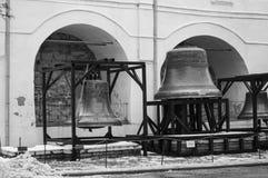 Enormes altes Glockenmonument in Veliky Novgorod Stockfotos