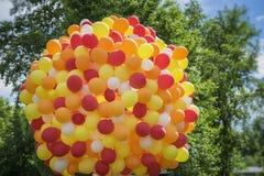 Enormes Bündel Ballone steigt in den goldenen orangeroten Farben, Partei, Geburtstag, Feier im Ballon auf, Festliches Konzept Lizenzfreie Stockfotografie