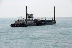 Enormes Boot für das Transportieren von Baumaterialien Stockfotos