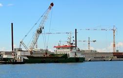 Enormes Boot für das Transportieren von Waren in der enormen Baustelle Stockbilder