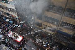 Enormes Feuer am Kolkata-Großhandel-Markt stockfotos