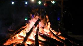 Enormes Feuer und eine Partei um sie (kein Ton) stock video footage