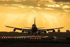 Enormes Flugzeug landet auf der Rollbahn Lizenzfreies Stockbild