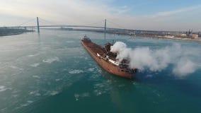 Enormes Frachtcontaineröltanker-Schiffsegeln langsam im kalten EisFlusswasser, wenn Stadtbild der Antenne 4k betäubt wird stock video