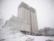 Enormes Gebäude Postapocalypse im kalten Winter Lizenzfreie Stockfotos
