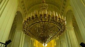 Enormes hängendes Licht in der Kirche Stockfoto