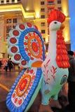 Enormes Hahnspielzeug in Moskau Die Maslenitsa-Pfannkuchen-Wochendekoration Stockbild