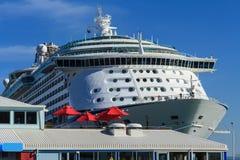 Enormes Kreuzfahrtschiff mit Dockside-Restaurant im Vordergrund lizenzfreie stockfotos