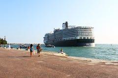 Enormes Kreuzschiff, das nahe Ufer überschreitet Stockfotografie