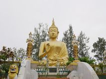 Enormes schönes goldenes Buddha-Bild/-statue bei Wat Phra That Doisaket in Chiang Mai, Thailand lizenzfreies stockfoto