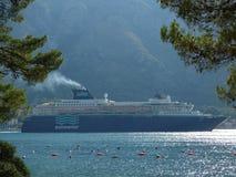 Enormes Schiff, das von der Kotor-` s Bucht abreist Kotor-Stadt, Montenegro Stockbilder