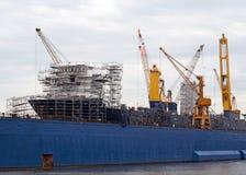 Enormes Schiff in einem Dock Stockfoto