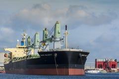 Enormes Schiff wird an der Boje festgemacht Stockbilder