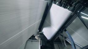 Enormes Weißbuchstück rollt durch den industriellen Mechanismus stock video footage