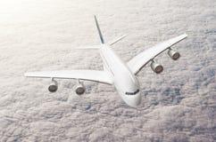 Enormes Zwischenlagenflugzeug des Passagiers auf einer Fliege über der bewölkten Bewölkung stockfotografie