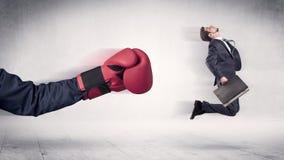 Enormt begrepp för affärsman för stansmaskiner för boxninghandskar arkivbilder