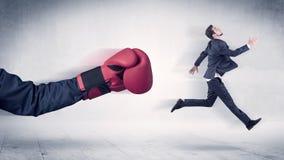 Enormt begrepp för affärsman för stansmaskiner för boxninghandskar royaltyfria foton