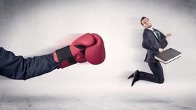Enormt begrepp för affärsman för stansmaskiner för boxninghandskar fotografering för bildbyråer